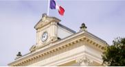 Vue de l'horloge d'une mairie
